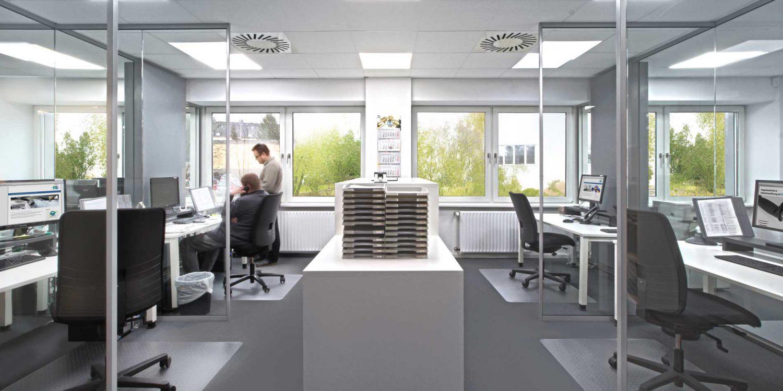 Innenansicht der Büros mit Blick auf die Bäume