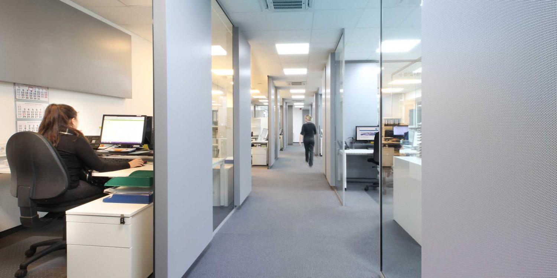 Ansicht der Büros vom Durchgang aus