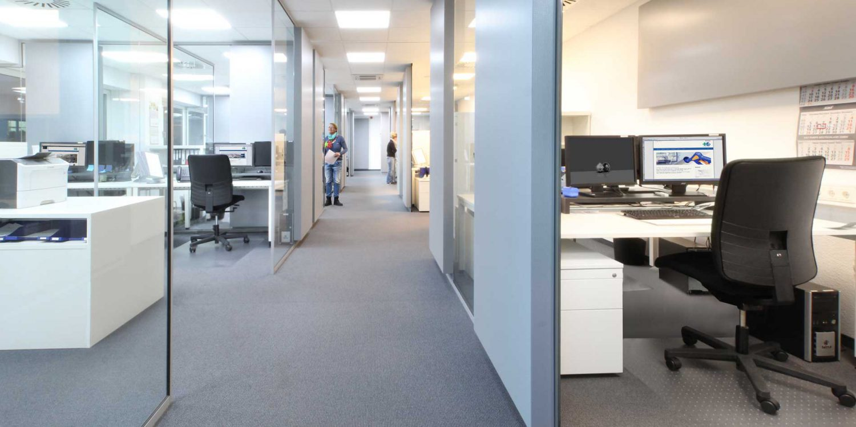 Die lichtdurchfluteten Büros der Verkaufsabteilung und der Buchhaltung von R+M / Suttner
