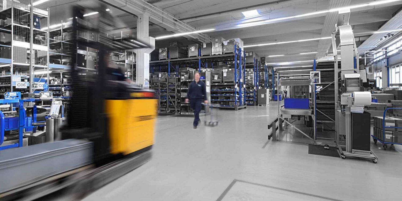 Menschen und Maschinen in den Lagerhallen von R+M / Suttner