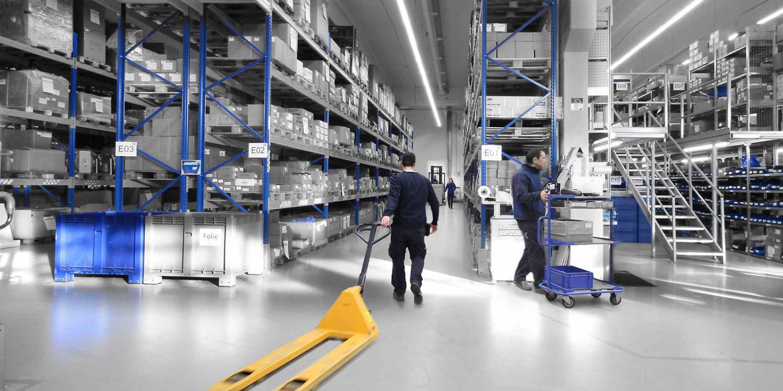 Mensch und Maschine arbeiten eng zusammen in den Lagerhallen von R+M / Suttner